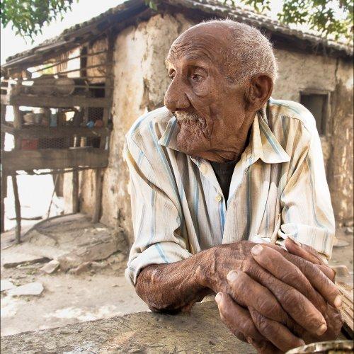 El Viejo Campesino Y Sus Manos by Marc McElhaney